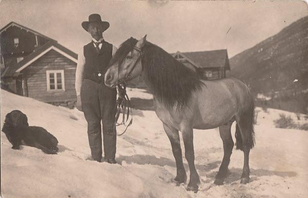 [O. K. Heggtveit med hest ved gården Søndre Heggtveit i Atrå]